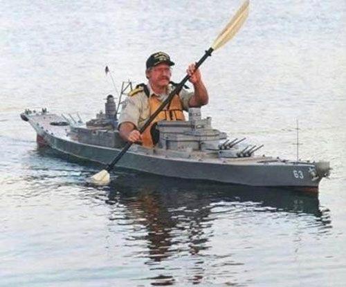 miniatuur oorlogschip waar de maker zel in kan zitten.jpg